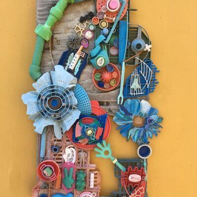 Abstract kunstwerk gemaakt van aangespoeld plastic