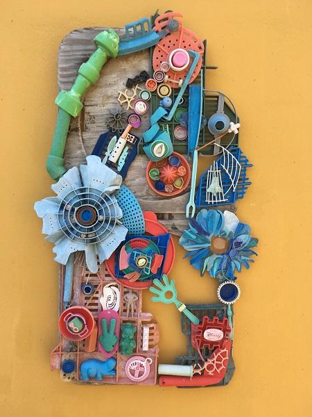 Abstract kunstwerk gemaakt van aangespoeld plastic uit de zee