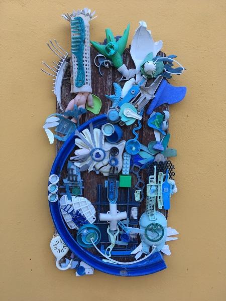 Abstract 3 in blauwtinten is gemaakt van plastic uit de zee