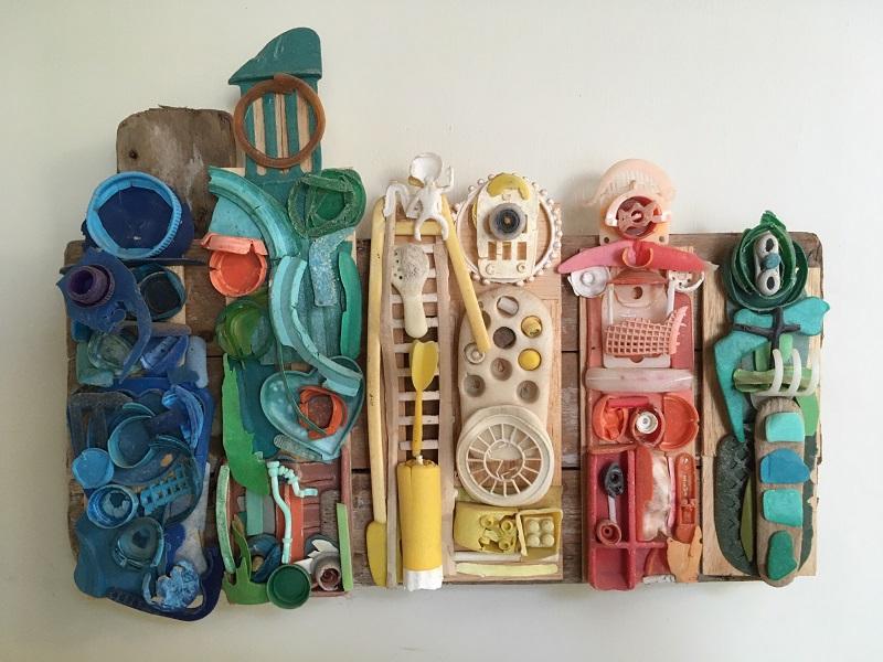 Kunstwerk Samoerai laat vijf verschillende strijders zien, gemaakt van zeeplastic